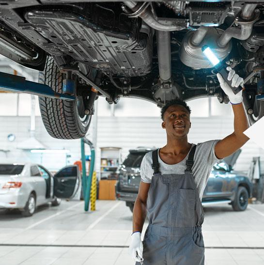 Homem reparar auto